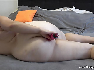 Big ass girl gets orgasm with dildo